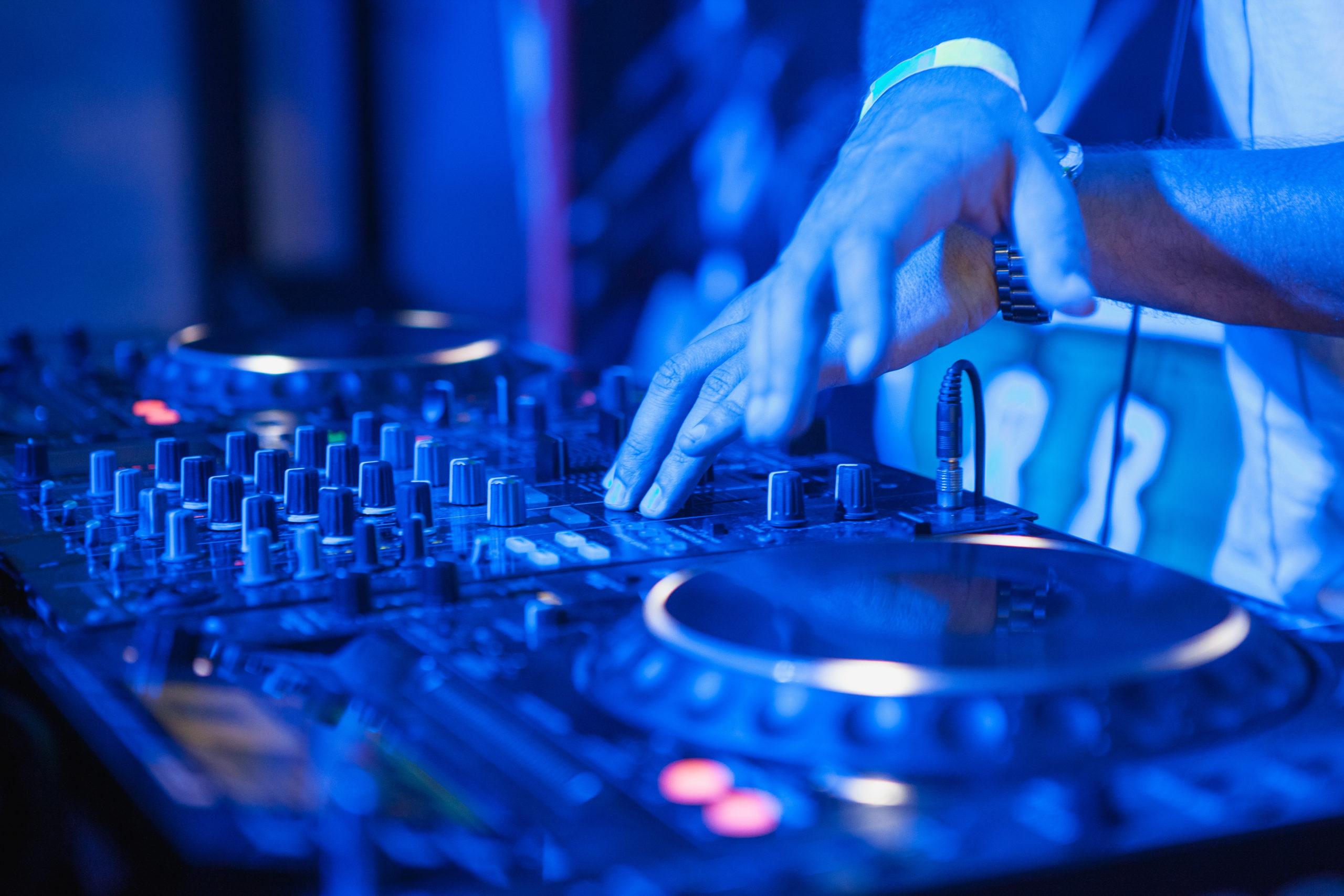 DJ mixt seine Musik am Mischpult